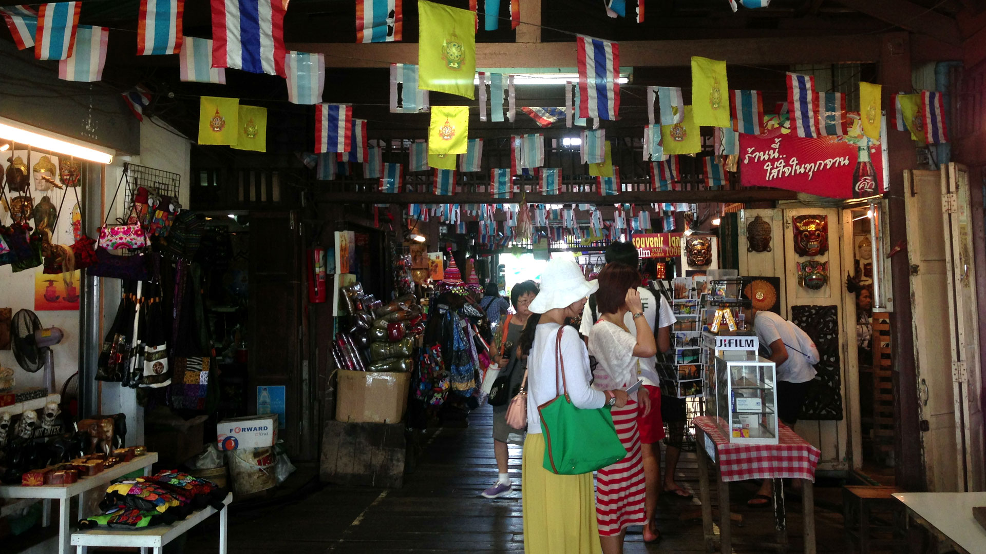 street shopping stalls in Bangkok