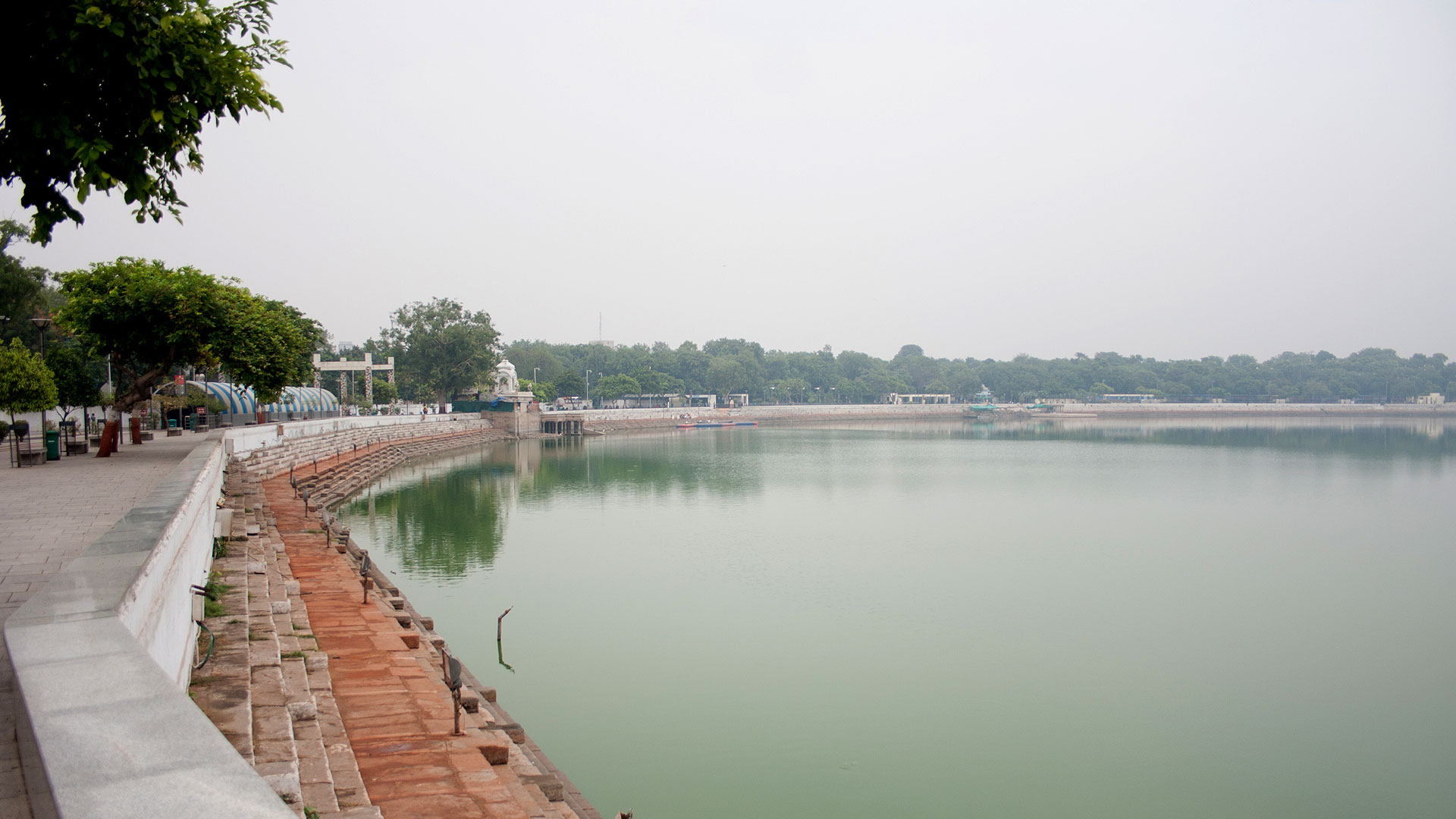 A view of the Kankaria lake and the lakefront promenade in Ahmedabad (India)