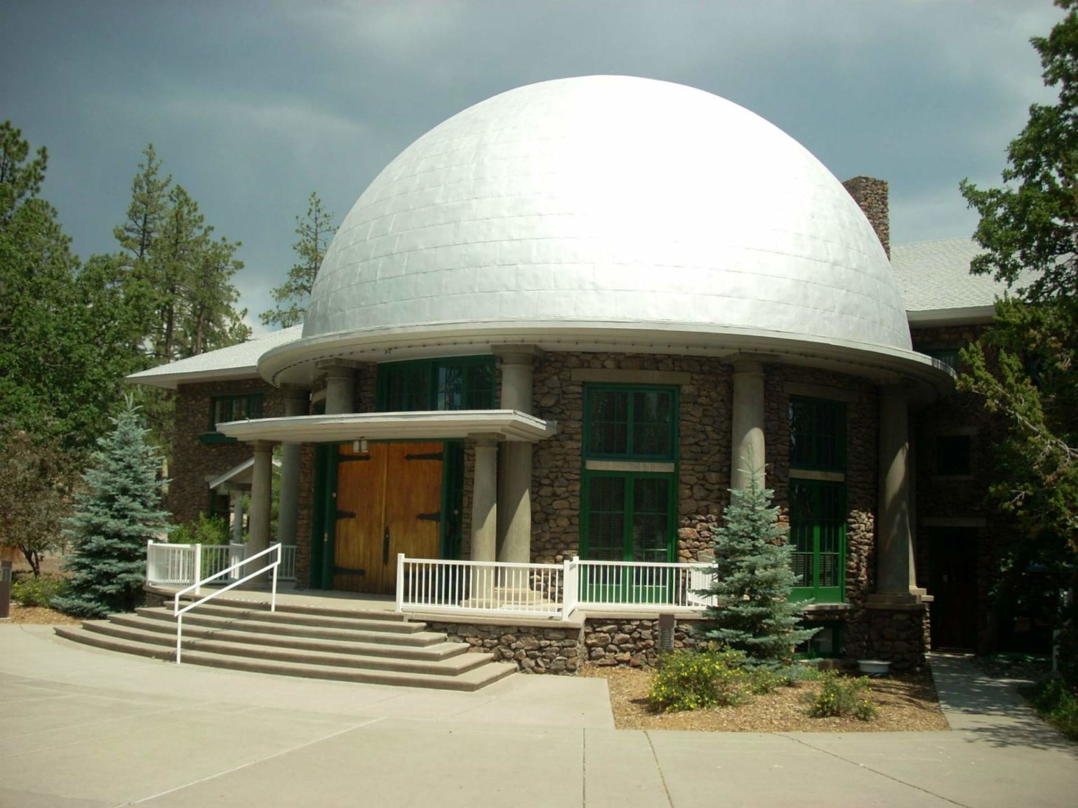 http://www.tripper.pt/wp-content/uploads/2016/06/Lowell-Observatory-in-Flagstaff-Arizona-768x576@2x.jpg